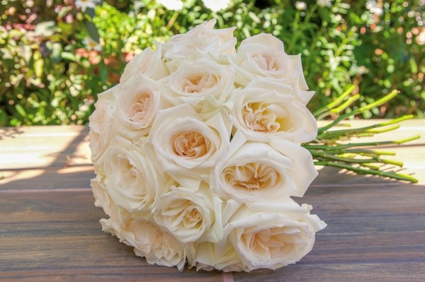 Exceptionnel ... White Ohara Garden Rose Bouquet ...